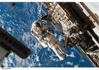 Foto astronaut bij ruimtestation