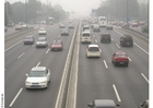 Foto autosnelweg met smog in Peking