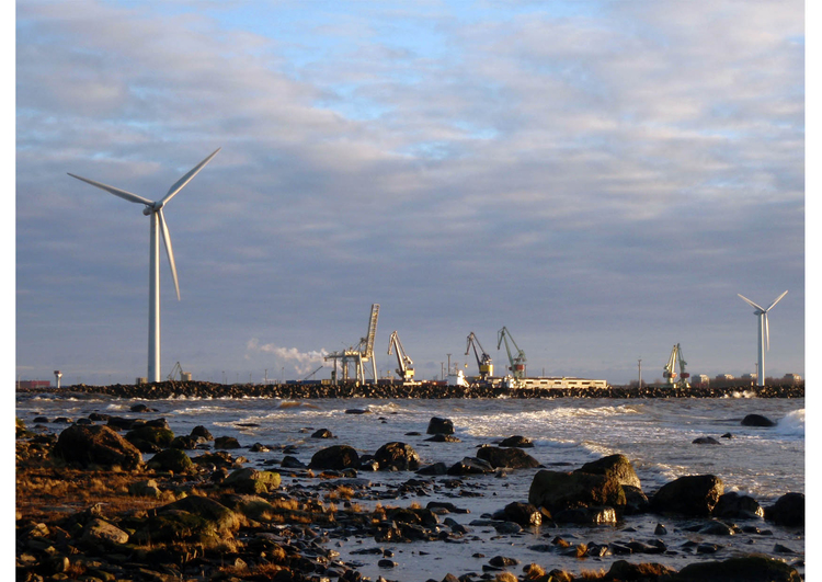 Foto haven met windmolens