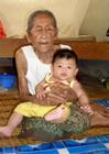 Foto oud en jong - oude vrouw met baby
