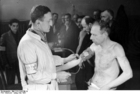Foto Polen - Ghetto Warschau - mannen worden medisch gecontroleerd
