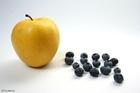 Foto zwarte bessen bij appel