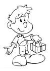 Kleurplaat jongen met cadeau